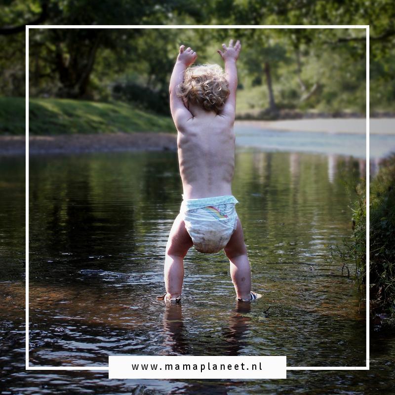 kindje met een luier springt in het water