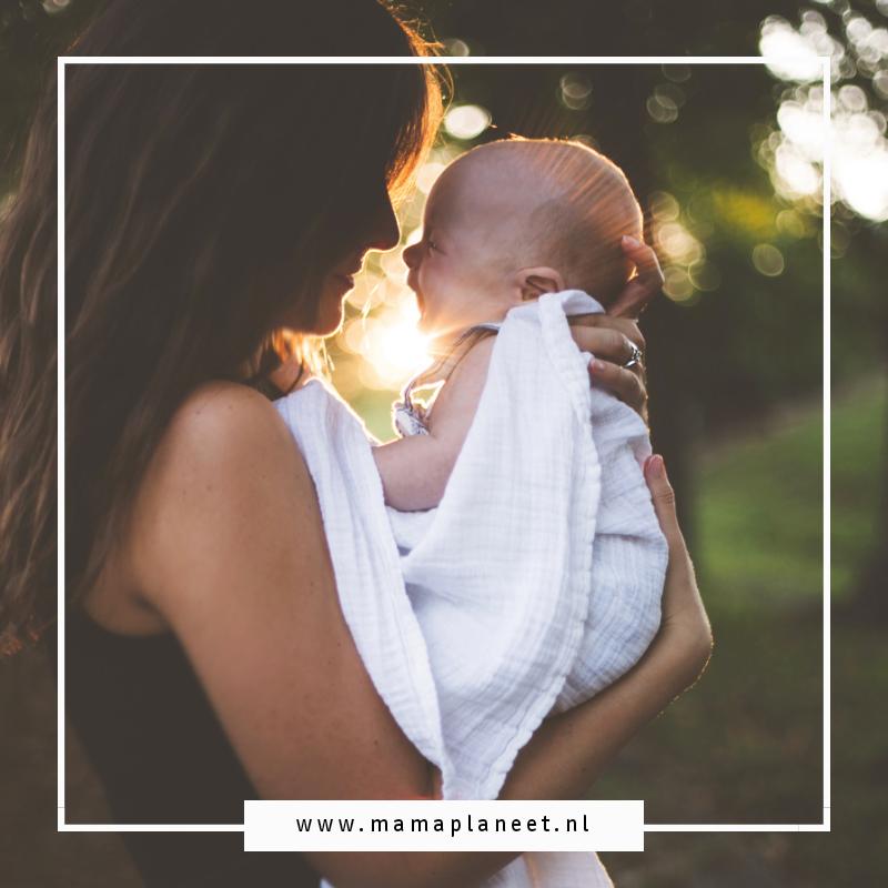 bewust alleenstaande mama met haar newborn