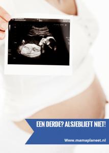vrouw is zwanger van derde kind en houdt foto zwangerschapsecho vast
