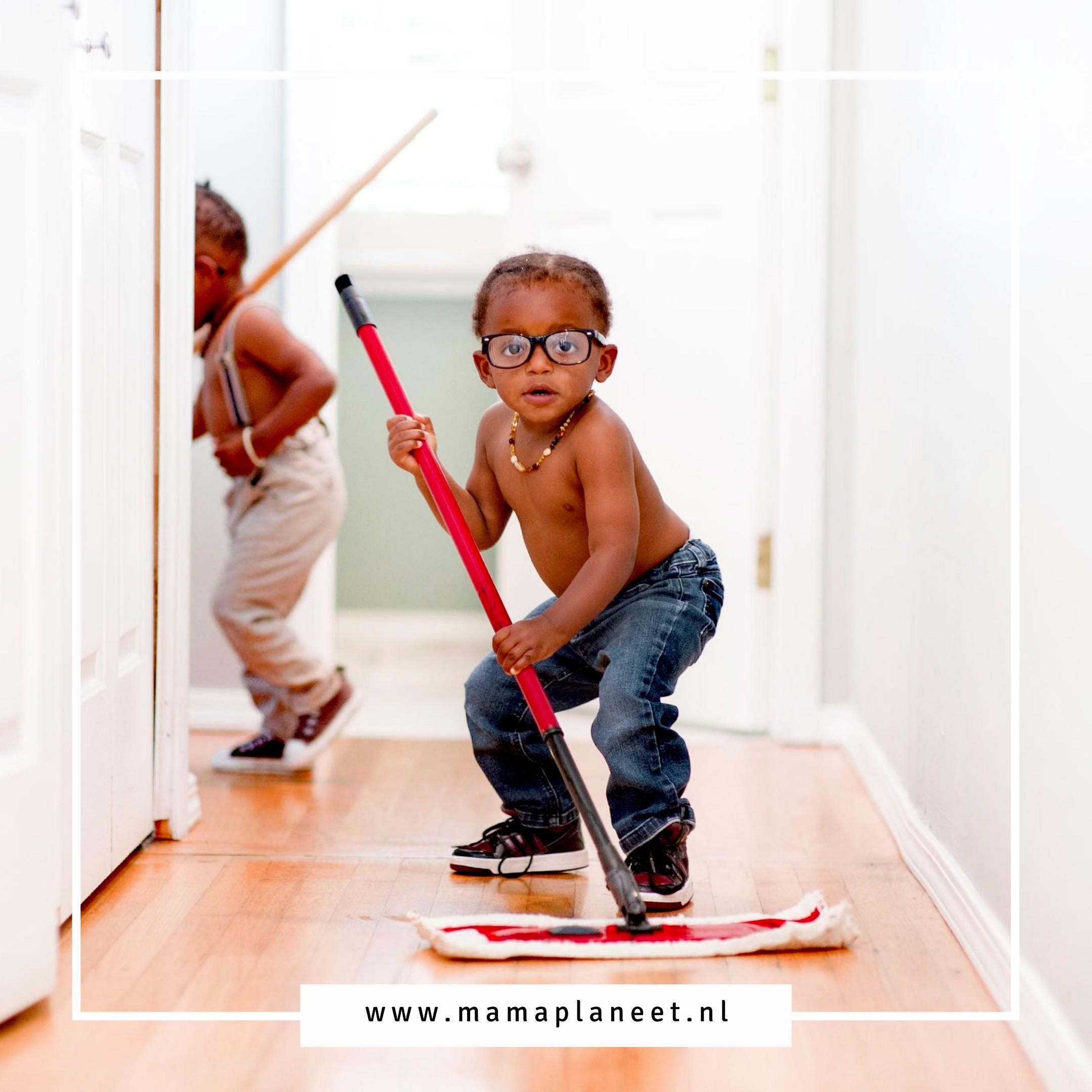 kind helpt in het huishouden