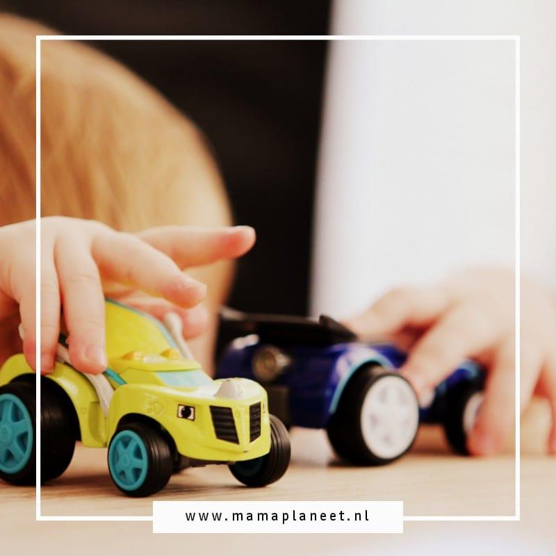 kind speelt met speelgoedauto en mag na het spelen ook eigen speelgoed opruimen.