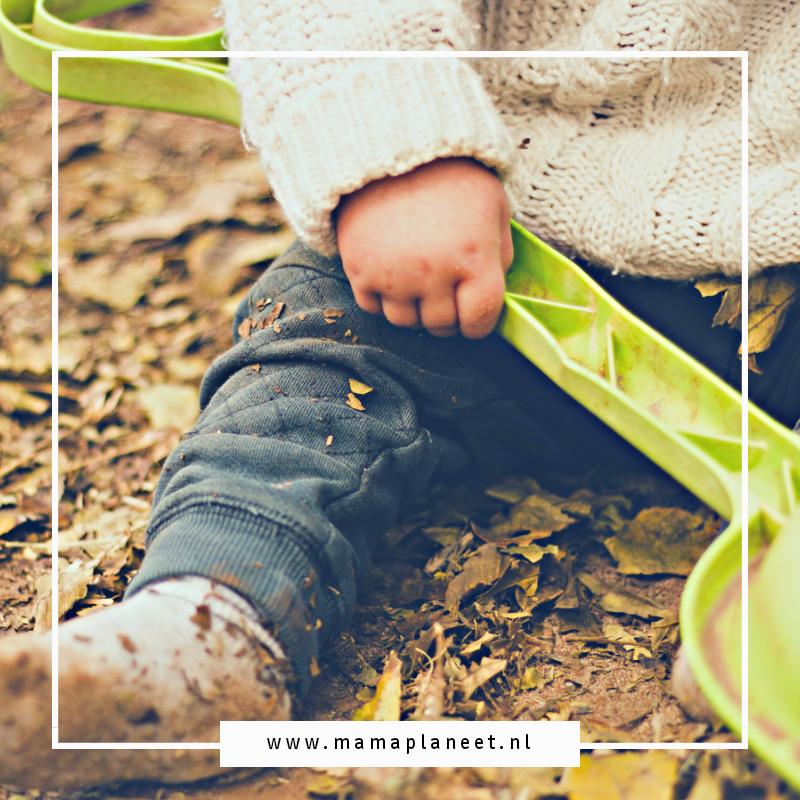 kind veilig buiten aan het spelen onder toezicht van zijn gastouder