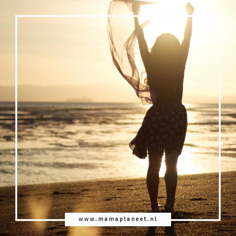 vrouw tijdens menstruatieverlof op het strand