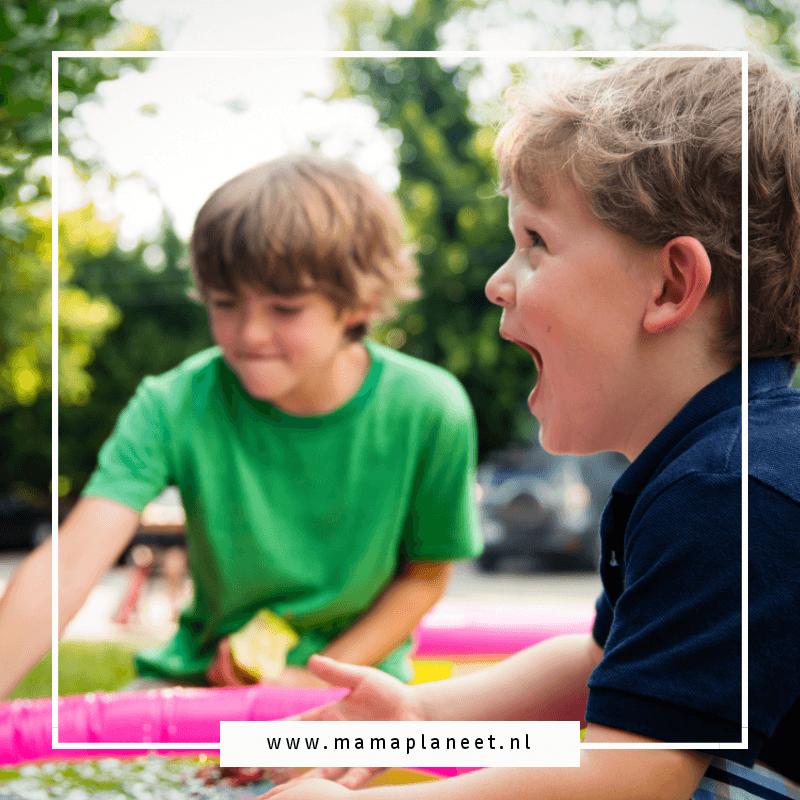 kinderen van verschillende leeftijden spelen vrolijk samen tijdens de opvang bij de gastouder