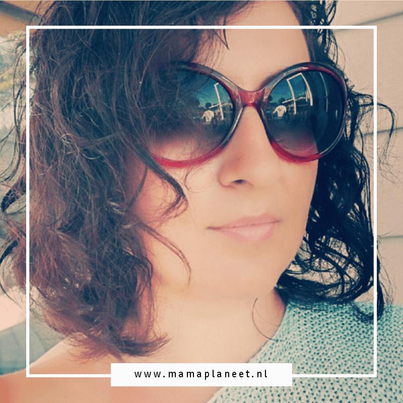 selfie - brunette met zonnebril op een camping in frankrijk