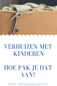 verhuisdoos met sleutels -kinderen helpen mee met inpakken