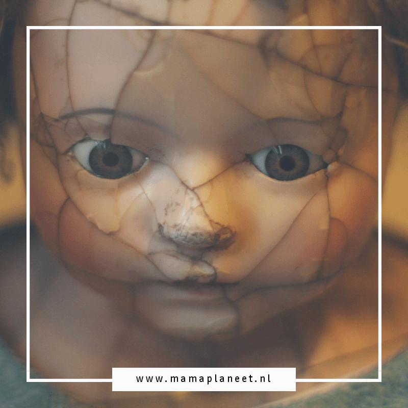 een gebroken pop als symbool voor een leven met dysthyme stoornis en een ontwijkende persoonlijkheidsstoornis en angststoornis