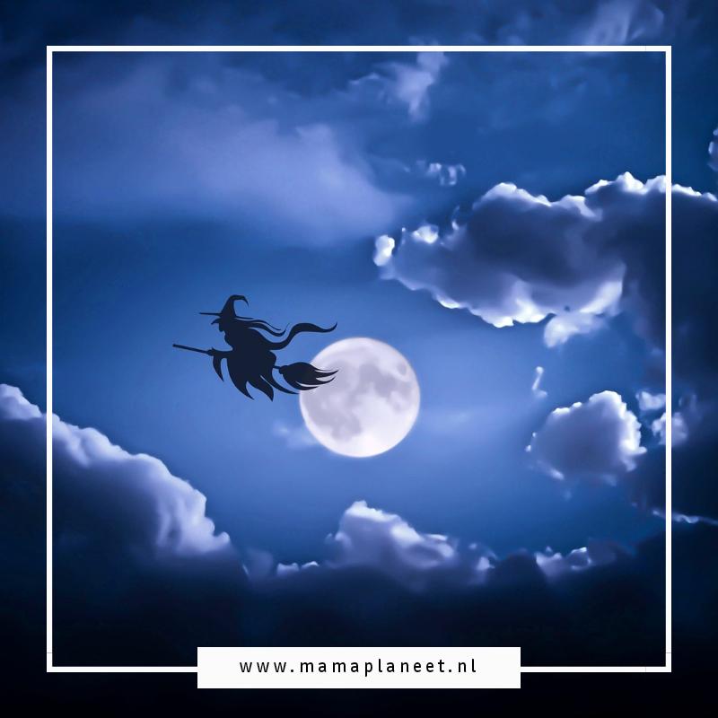 Heks op een bezem vliegt door de lucht op Halloween