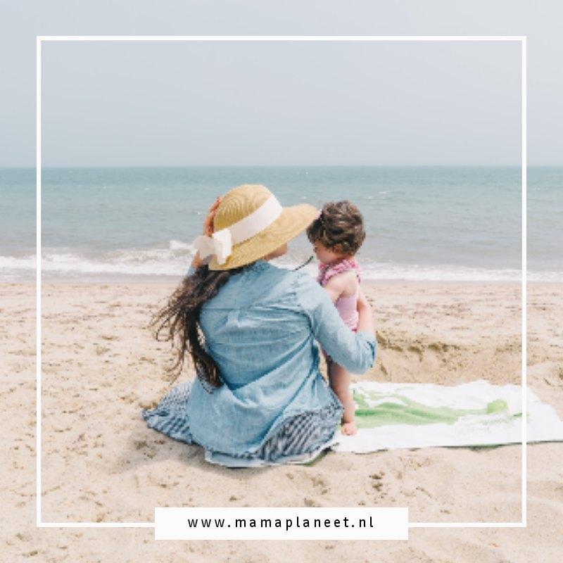 gay mama met haar kind op het strand