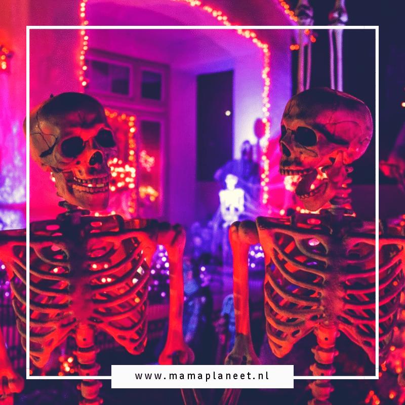 2 skeletten tijdens halloween niet geschikt voor kinderen