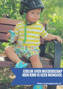 jongetje met syndroom van down zit op een bankje in het park en drinkt een pakje sap