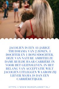 blonde moeder houdt hartje zomer haar kind vast. Deze ambitieuze mama heeft haar carriere ingeruild voor fulltime moederschap