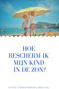 broertjes in zomerkleding zetten samen een parasol op strand ter bescherming van de zon