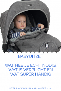 baby wordt in een maxi cosi beschermt tegen de kou en weersomstandigheden met een dooky