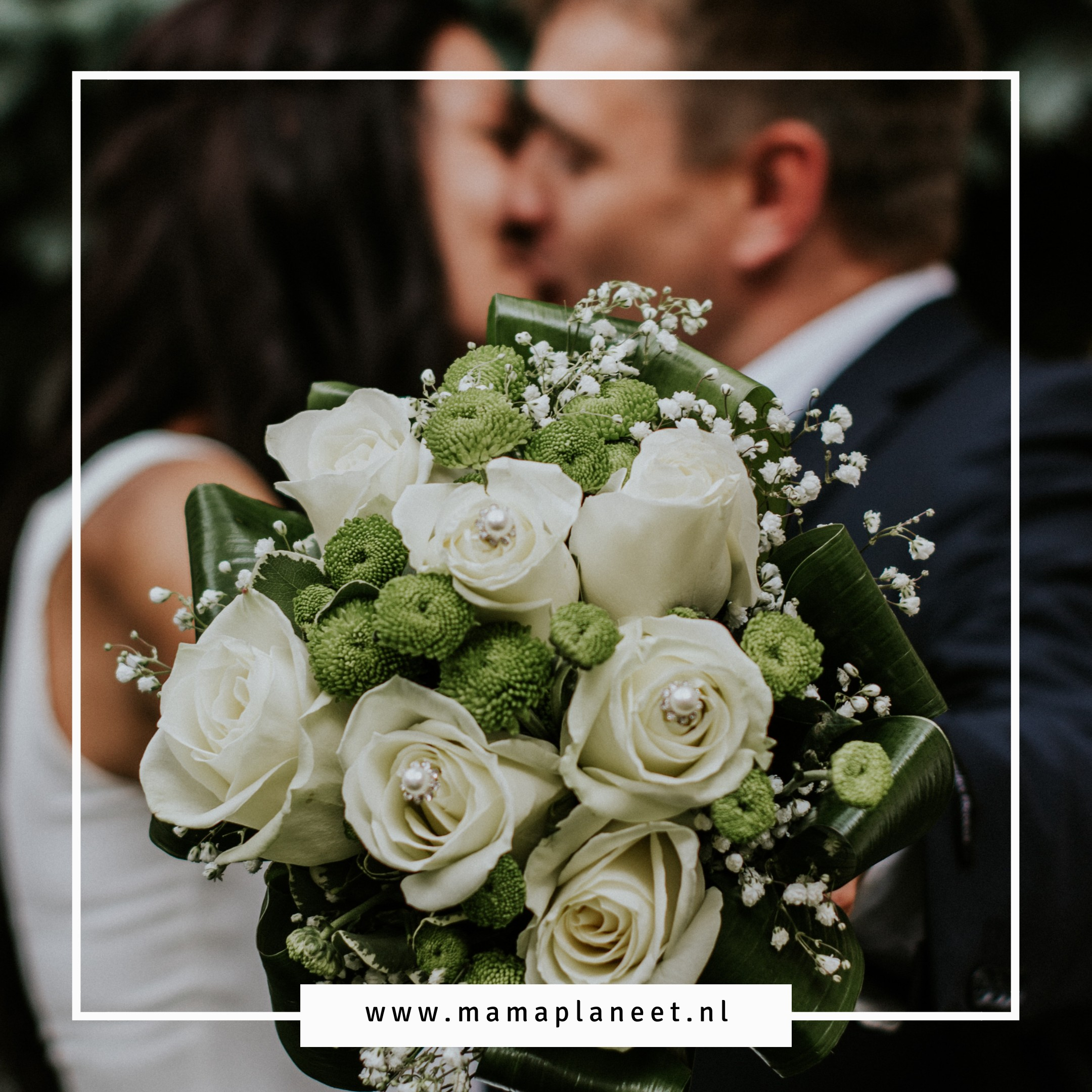 man en vrouw kussen op hun bruiloft terwijl bruid trouwboeket vasthoudt
