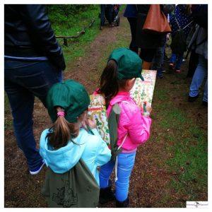 2 kleine meisjes met een opdrachtenblad en pen in handen