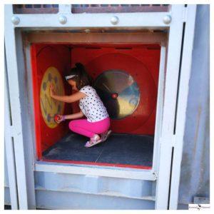 kind op haar hurken aan het spelen