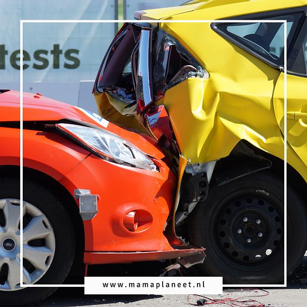 ongeluk botsing tussen twee auto's