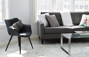 mooie vloer met grijze baan en lichte kleuren in de woonkamer