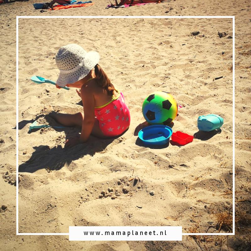 Kind speelt op het strand in Noord-Limburg