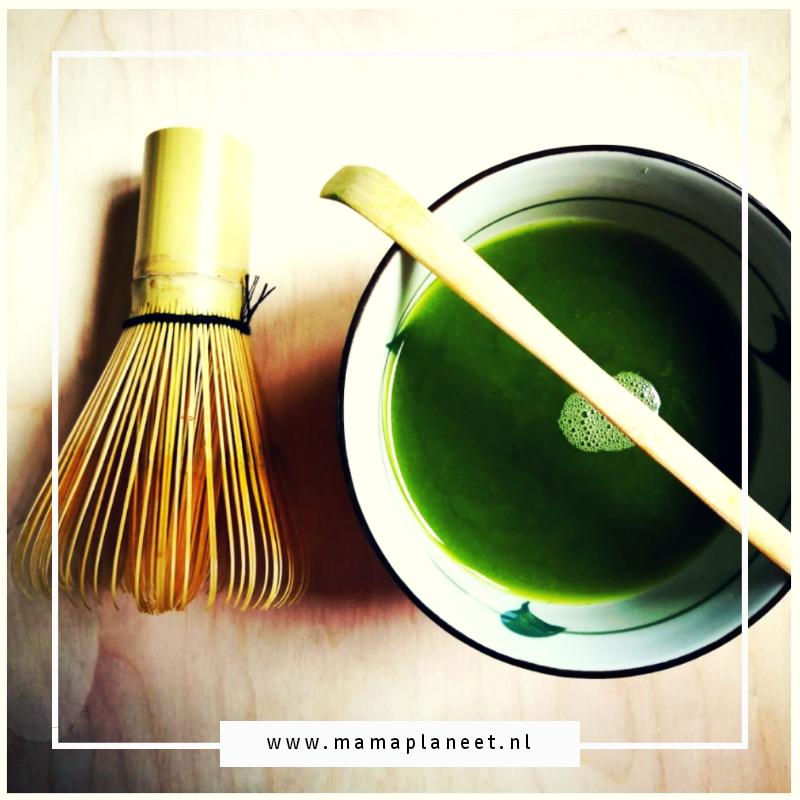 Japanse Matcha thee in een kom met bamboelepel en klopper