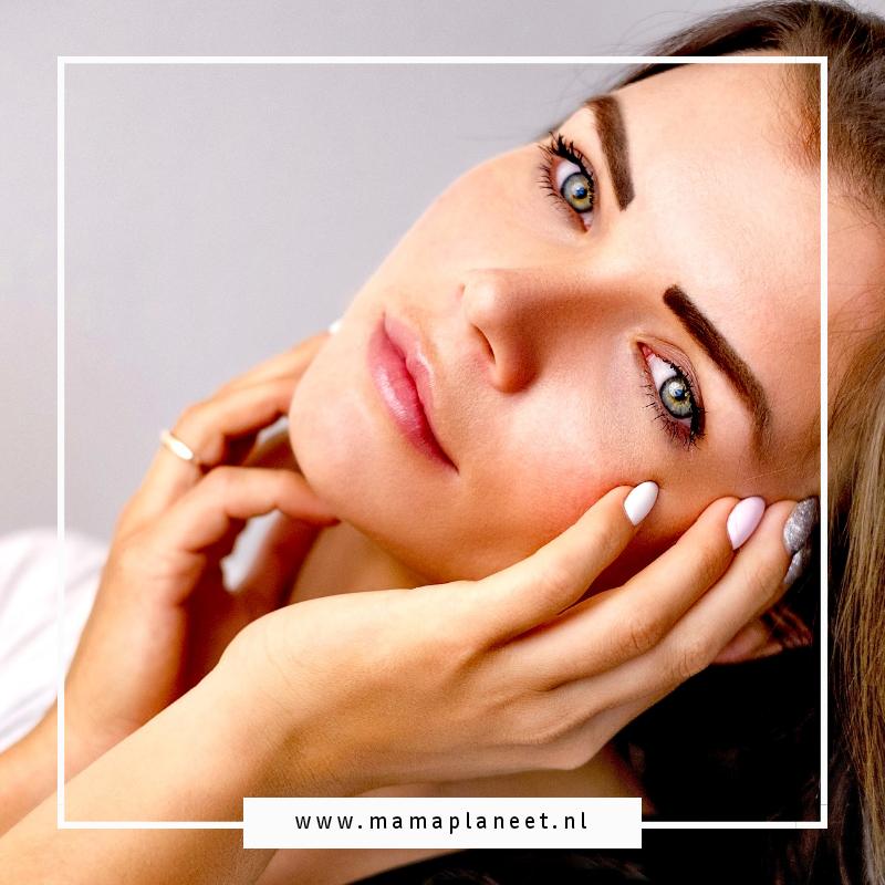 Vrouw gebruikt Bio Oil voor een stralende huid
