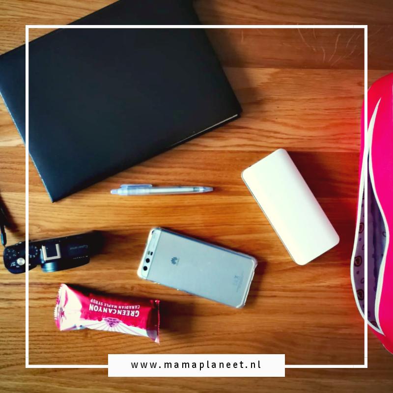 inhoud tas blogger: smartphone, agenda, pen, camera en powerbank