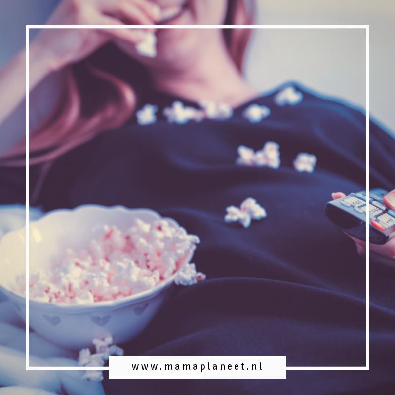 vrouw eet popcorn en kijkt een serie voor vrouwen op Videoland