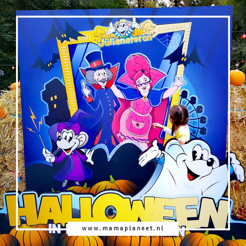 klein meisje bij een bord van Halloween in Julianatoren