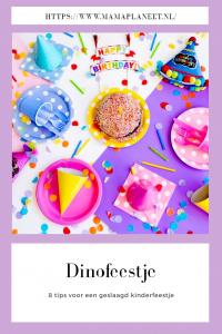 dino kinderfeestje met feestmuts, versiering, kleurrijke bordjes en bekers en natuurlijk verjaardagstaart