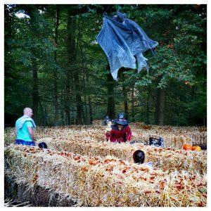 Gezin in het doolhof tijdens Halloween in Julianatoren