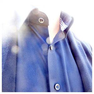 boord van een overhemd met bolletjes contrast