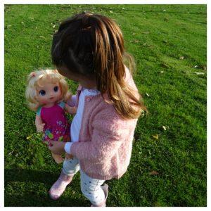 baby houdt blonde baby alive plas- en dans baby vast