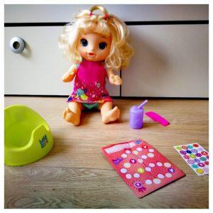 baby alive plas- en danspop met een potje, flesje water, kam, beloningskaart en stickers