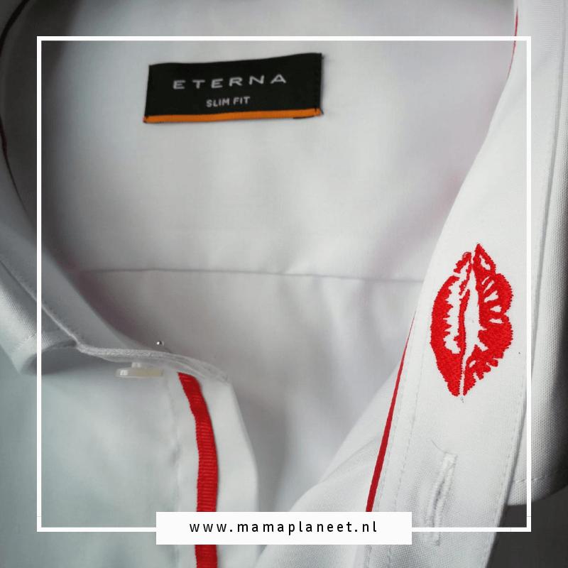 Witte strijkvrije overhemd met een rode lippenstift kus ingeborduurd in de kraag