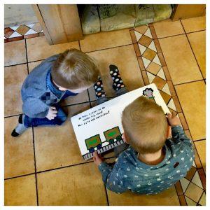 kinderen lezen samen Het GROTE kijk- en voorleesboek voor rond de 2 jaar