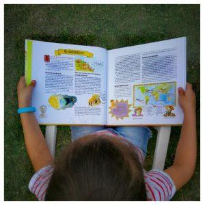 Kleuter bekijkt de wereld ontdekken voor beginners