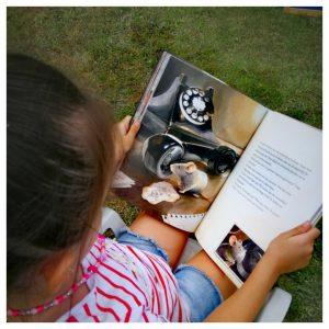 Kleuter houdt Prentenboek over Armstong vast en bekijkt de prachtige plaatjes