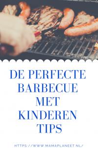 barbecue met kindere met vlees, worstjes etc op het rooster