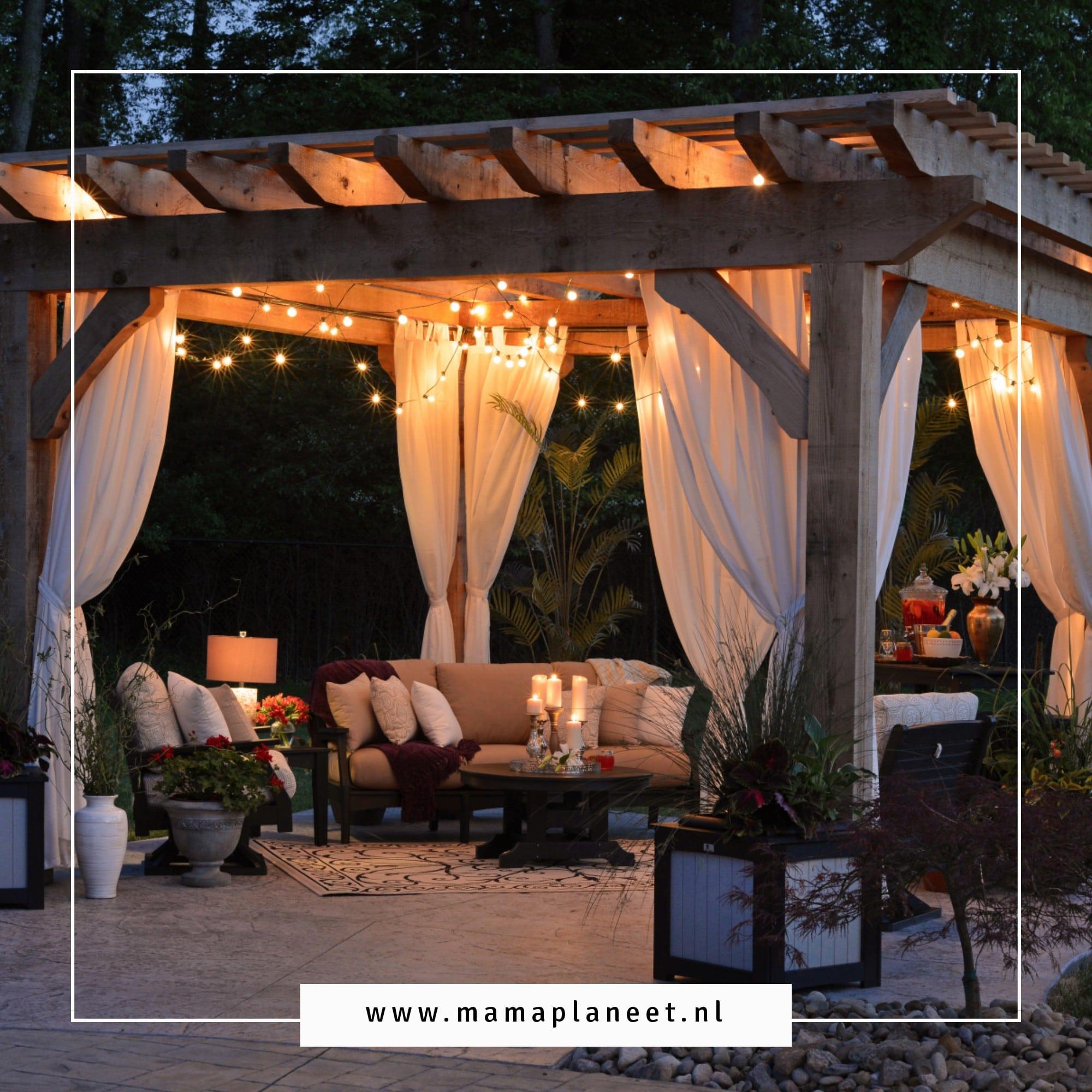 gezellige tuin waar tuinset lounge staat dat eens in zoveel tijd ook schoongemaakt moet worden
