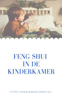 peuter speelt in zijn op Fengshui gebaseerde kinderkamer