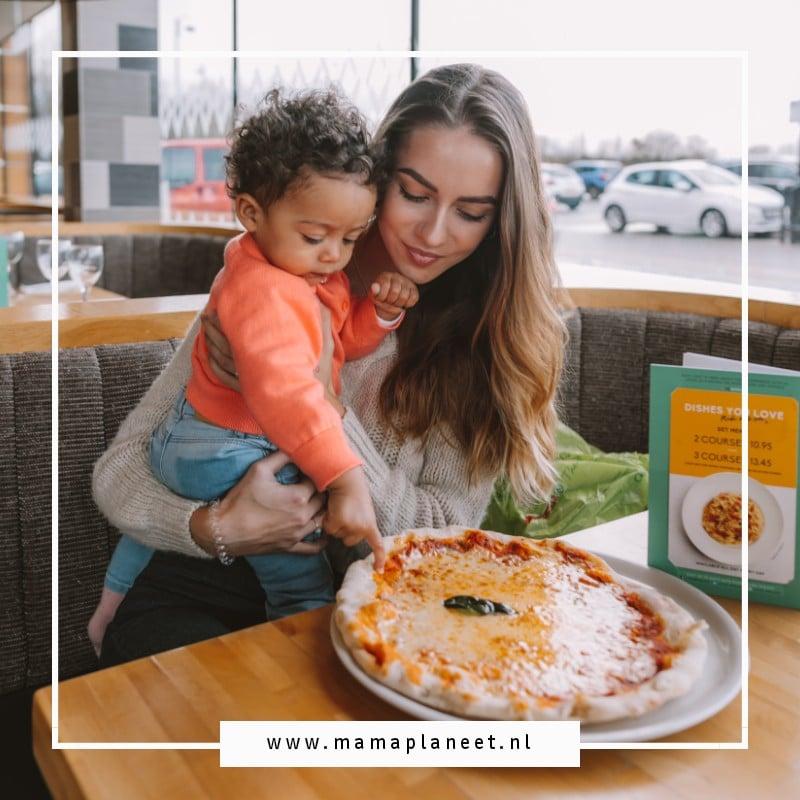 moeder is met haar zoontje uit pannenkoeken eten