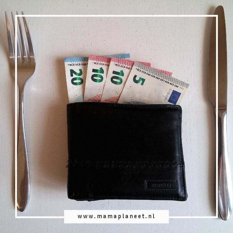 besparen op eten, portemonnee met eurobiljetten en vorm en mes ernaast