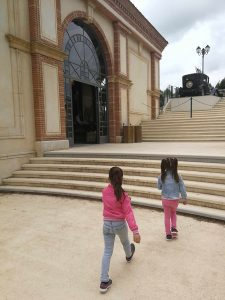 Puy du Fou grand parc 2 jonge meisjes lopen de trap op