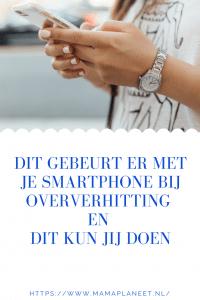 vrouw met mooi gelakte nagels en horloge is aan het gamen op haar smartphone die inmiddels heet aanvoelt