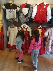 winketjes op het plein puy du fou attractiepark rondom geschiedenis frankrijk