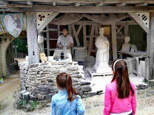 beeldhouwer puy du fou geschiedenispark frankrijk