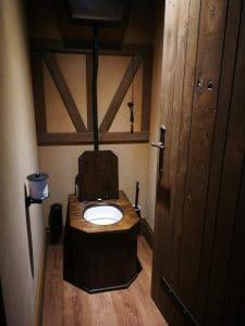 toilet La Citadelle middeleeuws hotelkamer slapen in een kasteel puy du fou hotel frankrijk prinses
