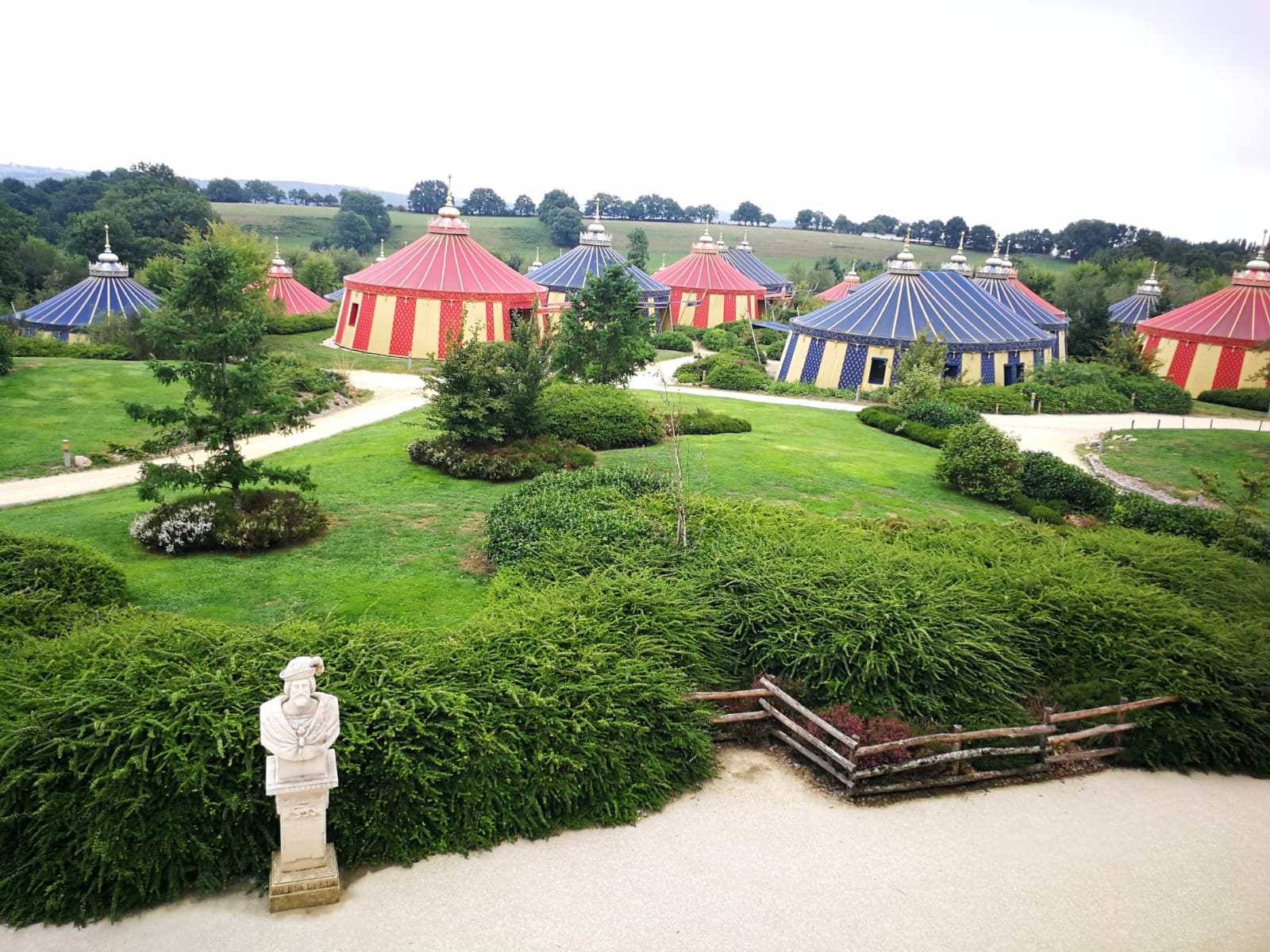 overnachten bij Puy du fou Le Camp du Drap d'Or hotel romeinse tent geschiedenispark frankijk