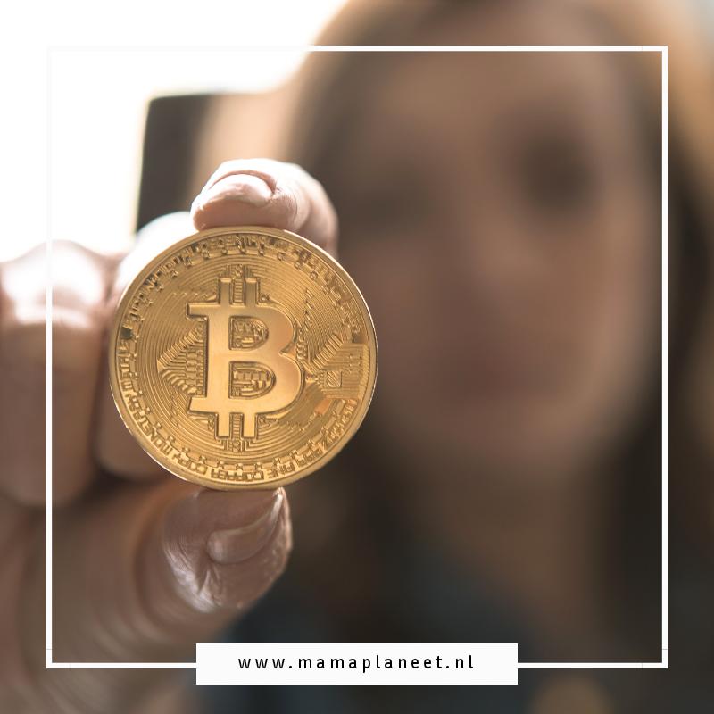 vrouw houdt een bitcoin vast